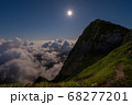 山の上から望む月明りに照らされた雲海 68277201