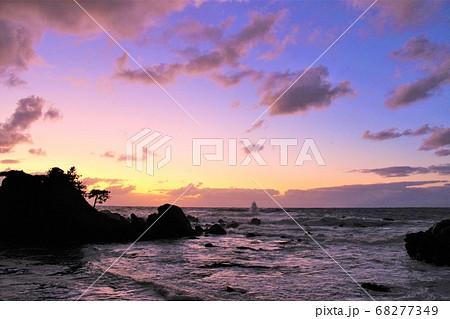 夕日のオレンジ色に染まる越前海岸の景色 68277349