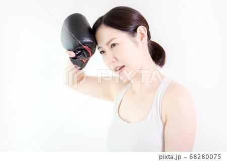 フィットネスで疲れて休憩する女性 68280075