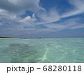 波照間島でエメラルドグリーンの海と青空 68280118