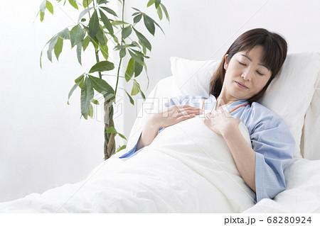 ベッドで眠る患者 68280924