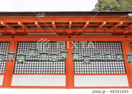 春日大社 内侍殿の吊灯籠と壁の格子 68281095