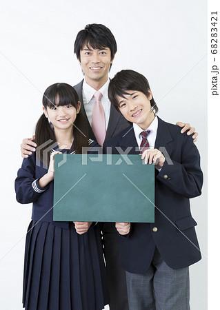 メッセージボードを持つ中学生と教師 68283421