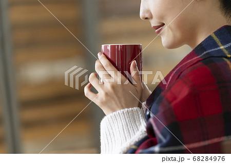 マグカップを持つ若い女性の手元 68284976