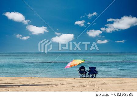 ハワイ・ワイキキビーチのビーチパラソルと海と空 68295539