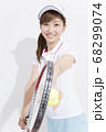 テニスをする女性 68299074