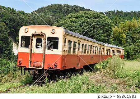 夏の房総半島をゆく小湊鉄道線のキハ200形 68301883