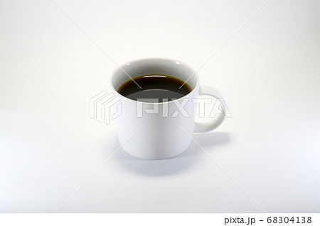 白いカップに入った一杯のコーヒー 68304138
