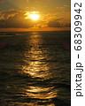 朝焼けと海面にできた光りの道 68309942
