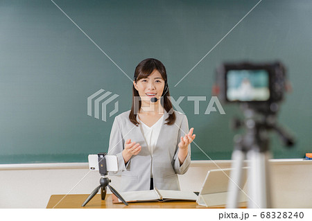オンライン授業を配信する先生 68328240