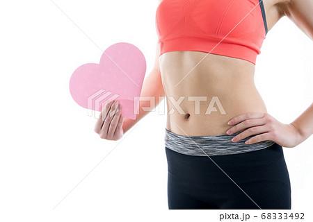 筋トレ女子のきれいな腹筋とハート 68333492