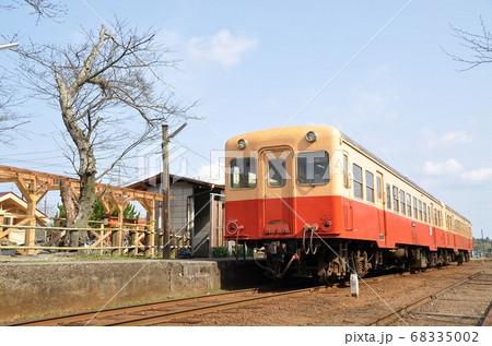 小湊鉄道線、高滝駅に停車中の普通列車(キハ200形) 68335002