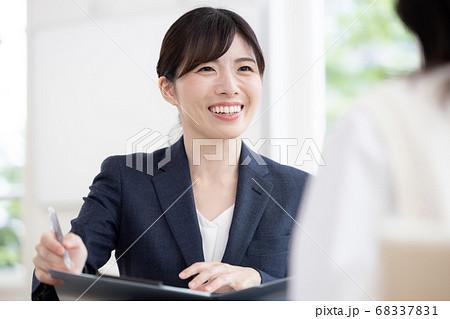 教育ビジネスイメージ 面接をする女性のポートレート 68337831