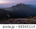 唐松岳頂上から望む朝焼けの五竜岳全景 68345114