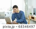 パソコンをするシニア男性 68346497