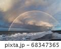 虹の橋がかかった海岸 68347365