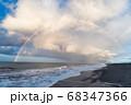 虹の橋がかかった海岸 68347366