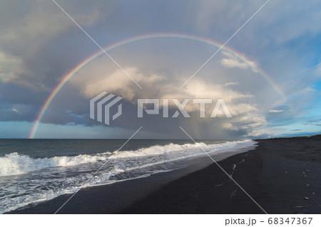 虹の橋がかかった海岸 68347367