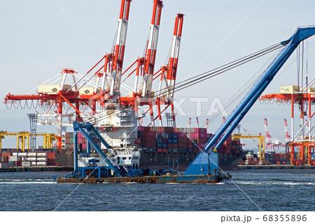横浜港を行くクレーン船とコンテナふ頭の景色 68355896