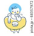 おやつを食べる赤ちゃん 68357972