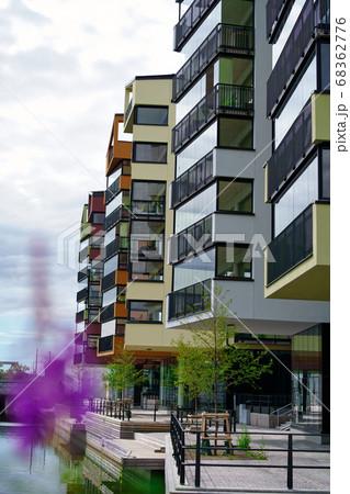 川沿いに並んだカラフルな新築のマンション 68362776
