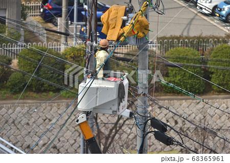 電気工事 引き込み線の接続工事風景 68365961