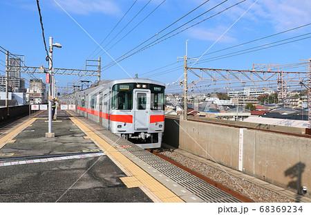 山陽電鉄 子午線の人丸前駅を通過する電車 68369234
