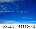 青空のもと一直線に引かれた飛行機雲 68369448