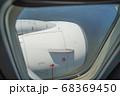 飛行機の窓から望むジェットエンジン 68369450