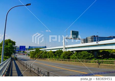 東京の風景 高架橋の高速道路に並走する一般道 68369451