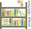 棚にたくさん並んだ本と1輪ざしの花びん 68375014