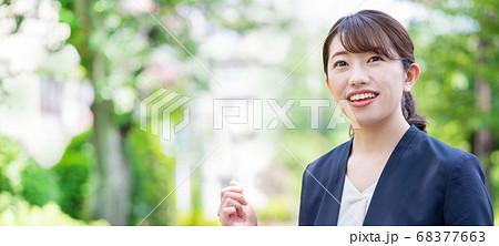新緑の中のスーツの若い女性 バナーサイズ 68377663