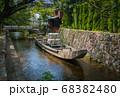 京都、史跡高瀬川一之船入の風景と高瀬舟 68382480