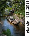 京都、史跡高瀬川一之船入の風景と高瀬舟 68382523