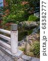 京都、高瀬川の橋の欄干と高瀬舟が見える風景 68382777