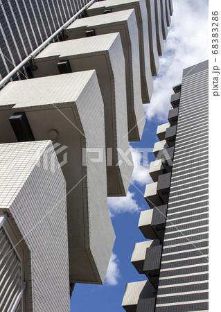 タイルの配置でデザインされたマンションの外壁 68383286