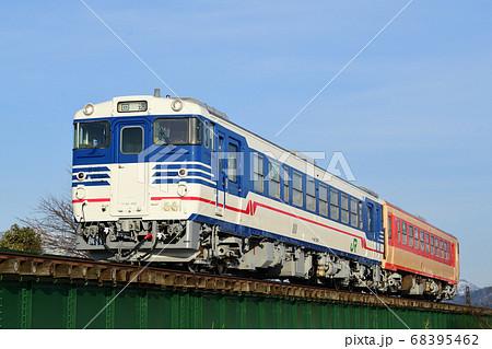 磐越西線を走る国鉄型ディーゼルカー(新潟色+国鉄急行色) 68395462