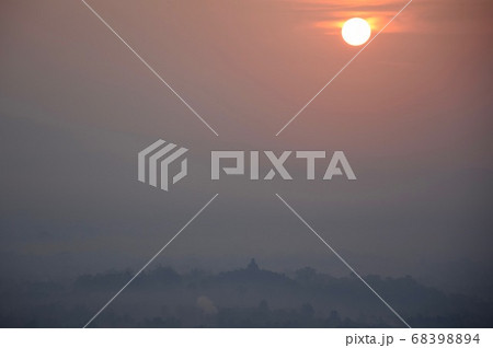 朝靄に浮かぶボロブドゥール寺院遺跡 横 68398894