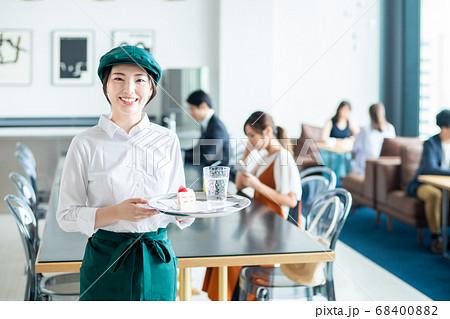 カフェの若い店員 68400882