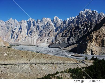 パキスタン カラコルムハイウェイから見たカテドラル(トポップダン6,106m) 68407445