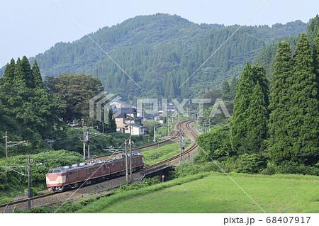 山間を走りあいの風とやま鉄道を検測しているJR西日本の電気検測試験車(クモヤ443) 68407917