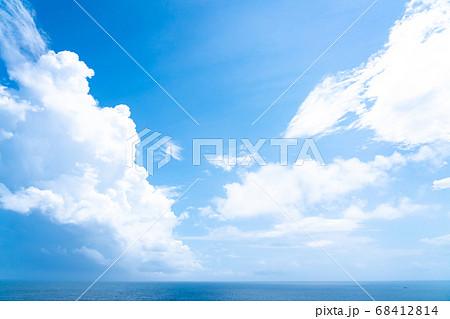 入道雲の広がる青い海(7月) 68412814