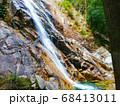 岩場を水しぶきを上げながら流れ落ちる滝 68413011
