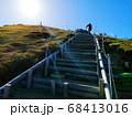 太陽が輝く御在所岳山頂のへ階段を上る 68413016