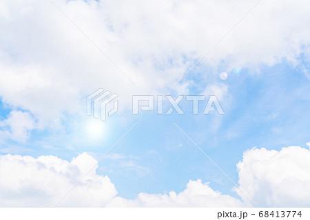 さわやかな青い空と白い雲 68413774