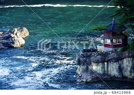 北茨城・五浦海岸~済んだ海と白い波、雄大な岩礁に建つ朱色の『六角堂』一枚の絵画のよう(2) 68413968