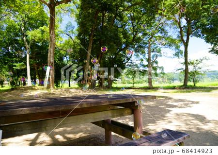 夏炎天下・昼下がりの公園-7(シャボン玉) 68414923