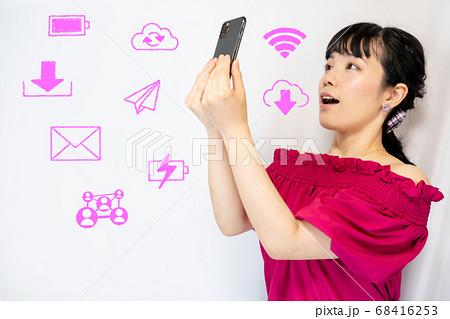 スマホを持つ女性と情報系アイコン 68416253