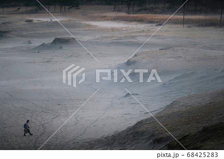 砂漠を歩く旅人のイメージ 68425283