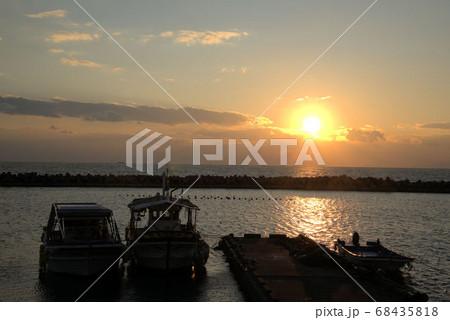 夕暮れ時に船着き場から眺める景色 68435818